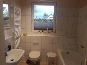 großes Badezimmer mit Wanne (1)